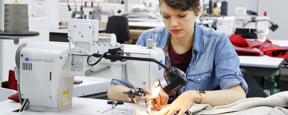Jahresbeste Polsternäherin Astrid Wienecke arbeitet an ihrer Nähmaschine