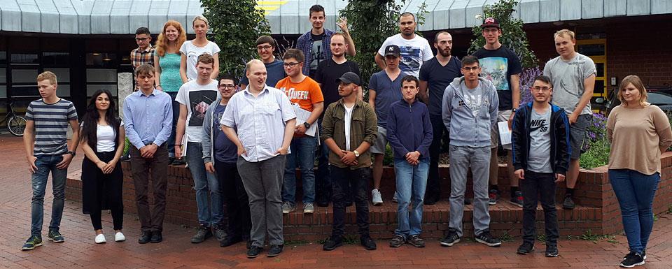 Gruppenbild der neuen Auszubildenden 2017 vor dem Eingang zum BBW-Gebäude