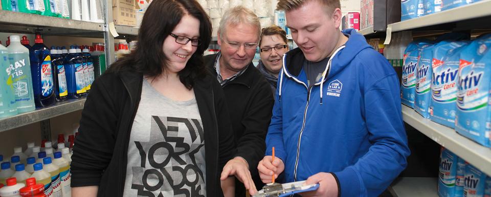 Schritt für Schritt werden die jungen Leute auf die eigentliche Ausbildung vorbereitet – ein Besuch in einem Warenlager gehört natürlich dazu.
